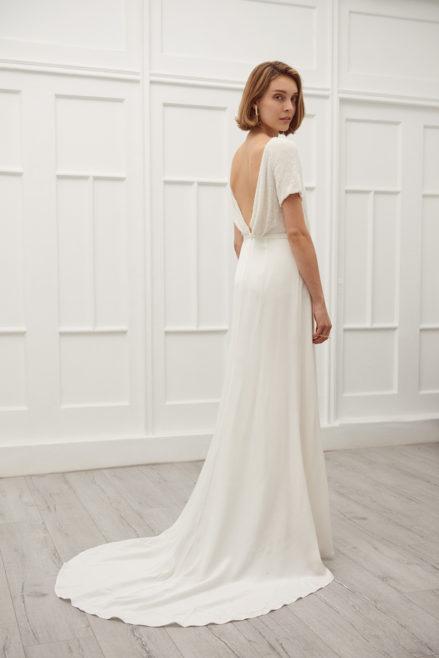 Viktoria Chan brudekjole. Bar dyb ryg, perler og langt slæb.