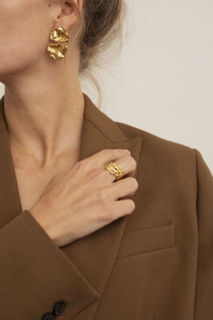 guld ørering fra Lea Hoyer med to blade